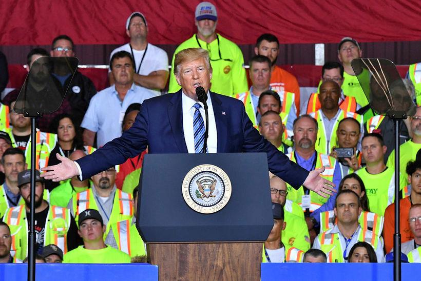 Donald Trump Bandaríkjaforseti sagði álagningu innflutningstollanna frestað vegna jólaverslunar.