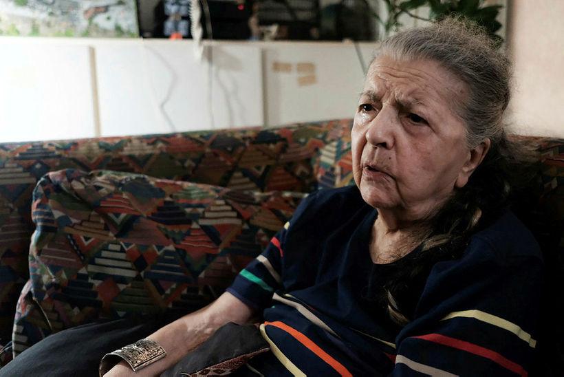 Madeleine Riffaud, 94 ára, ræðir við blaðamann AFP í íbúðinni ...