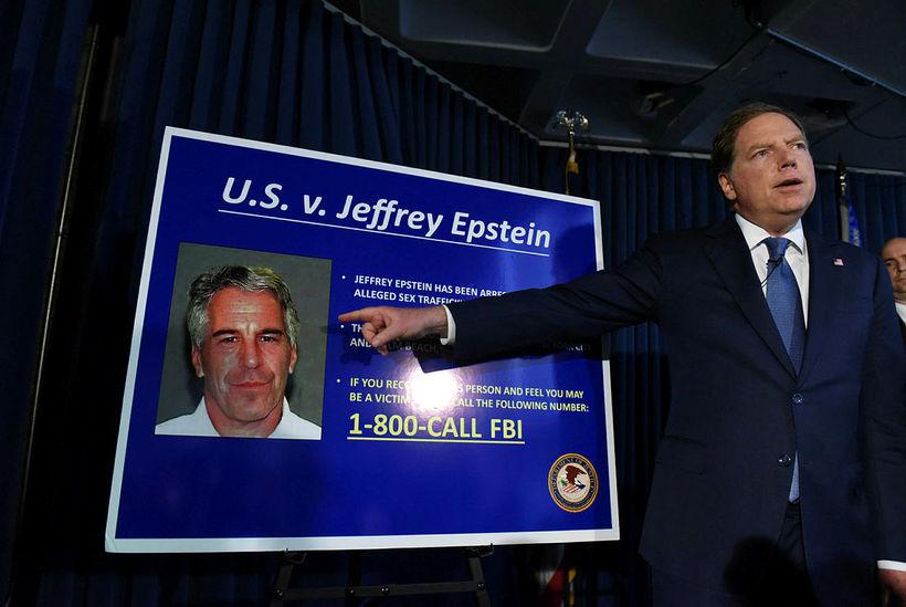 Saksóknari tilkynnir um ákæruna gegn Epstein fyrir mansal í síðasta ...