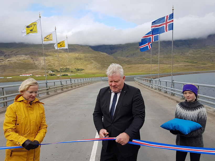 Bergþóra Þorkelsdóttir, forstjóri Vegagerðarinnar, við formlega opnun hringvegarins við Berufjörð ...