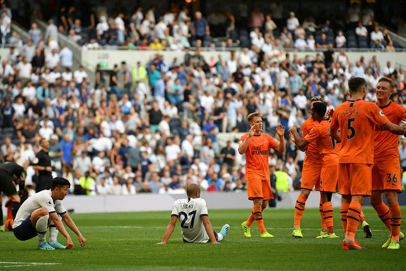 Tottenham-mennirnir Son Heung-Min og Lucas Moura svekktir með fagnandi Newcastle-mönnum.
