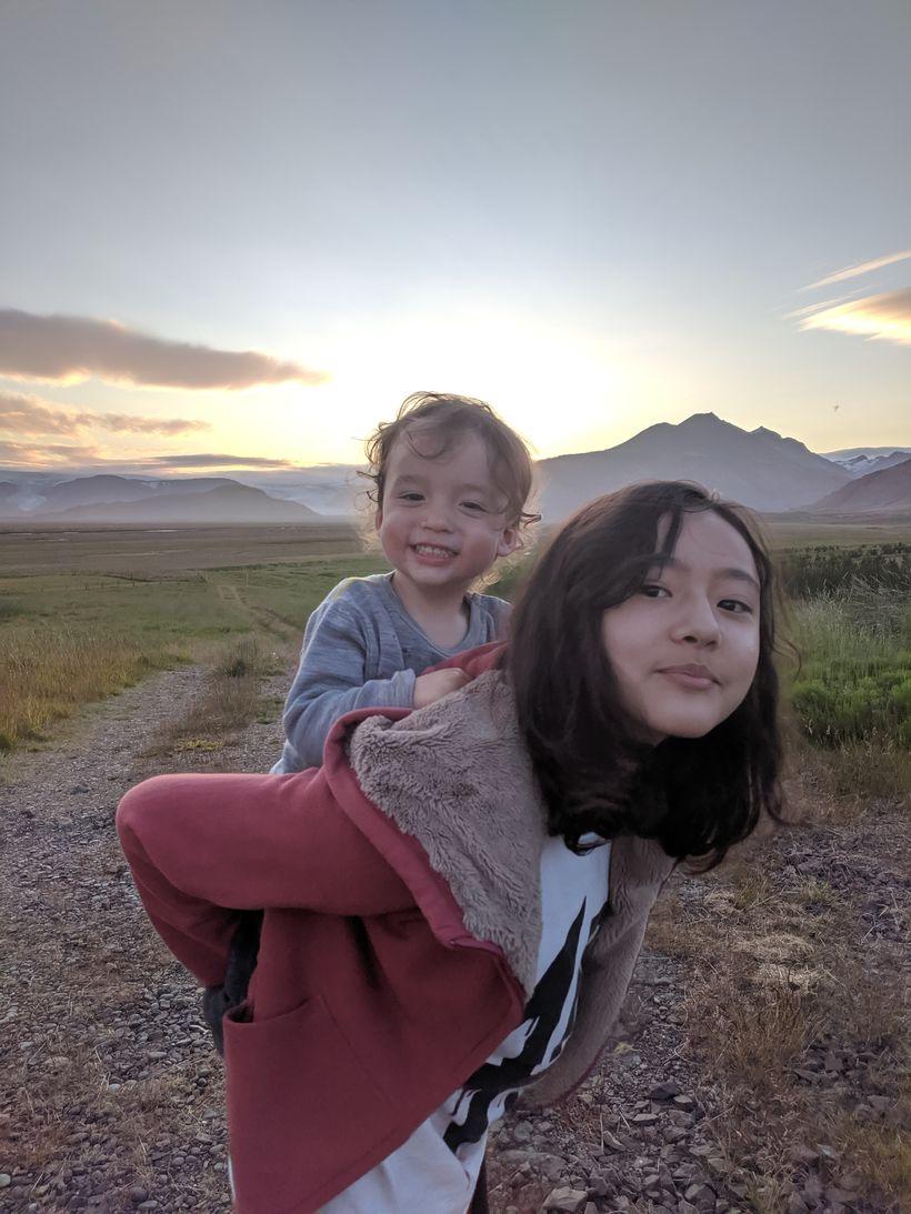 Stóra systir, Lino Moto Bisagni, heldur á Óskari litla, bróður …