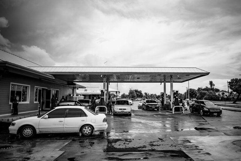 Íbúar byrgja sig upp af bensíni en óvíst er hvenær ...