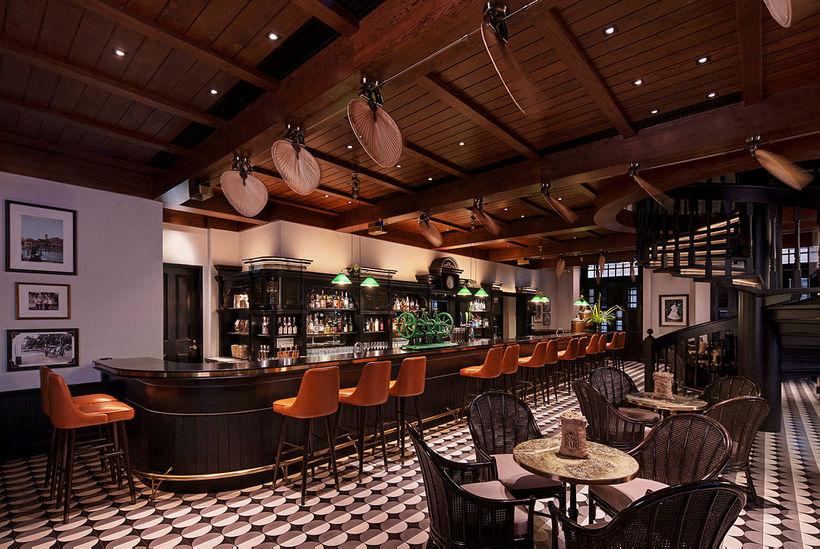 Hótelbarinn, Long Bar, er þekktur sem fæðingarstaður Singapore Sling-kokkteilsins.