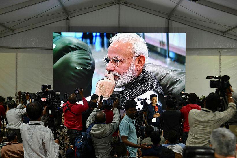 Narendra Modi fylgdist grannt með.