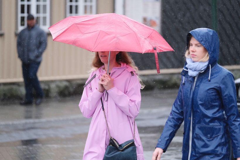 Borgarbúar þurfa áfram að klæðast litríkum regnkápum sínum þar til ...