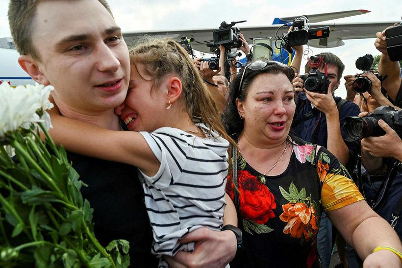 Úkraínskur fangi heilsar fjölskyldu sinni við komuna heim til Úkraínu.