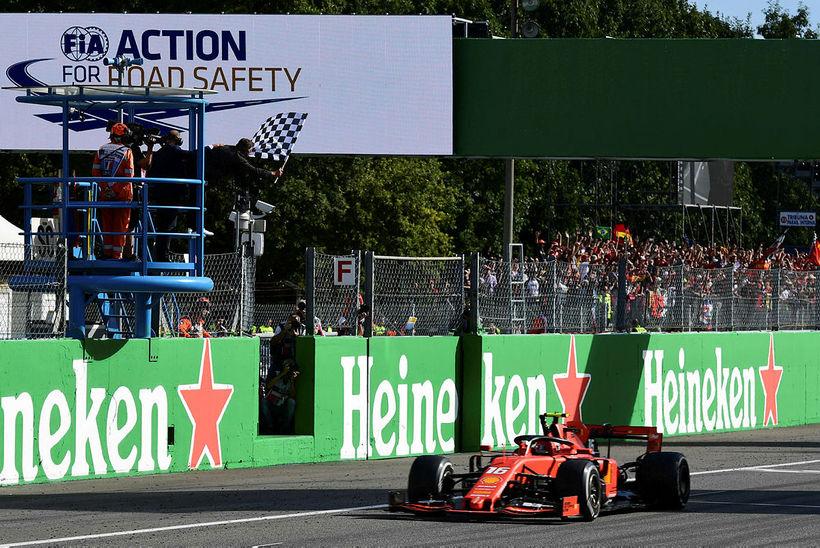 Charles Leclerc ekur yfir marklínuna í Monza sem sigurvegari, hinn ...