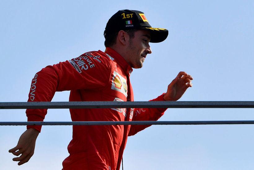 Charles Leclerc skokkar út á verðlaunapalllinn í Monza í dag.