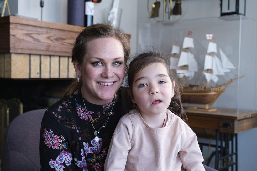 Ásdís Gunnarsdóttir og dóttir hennar Fjóla Rut sem er eina ...