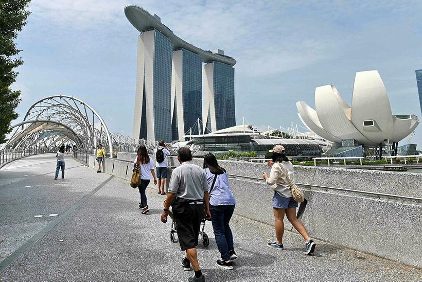 Marina Bay Sands og vísindalistasafnið í Singapúr.