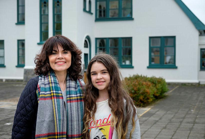 Stefanía Sverrisdóttir og dóttir hennar Emilía Árnadóttir við Landakotsskóla en …
