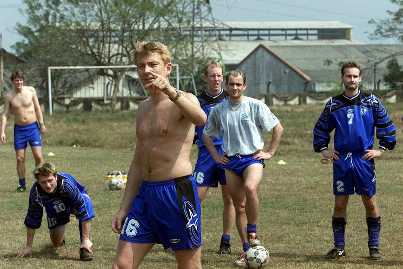 Atli Eðvaldsson stýrir landsliðsæfingu á Indlandi 10. janúar 2001.