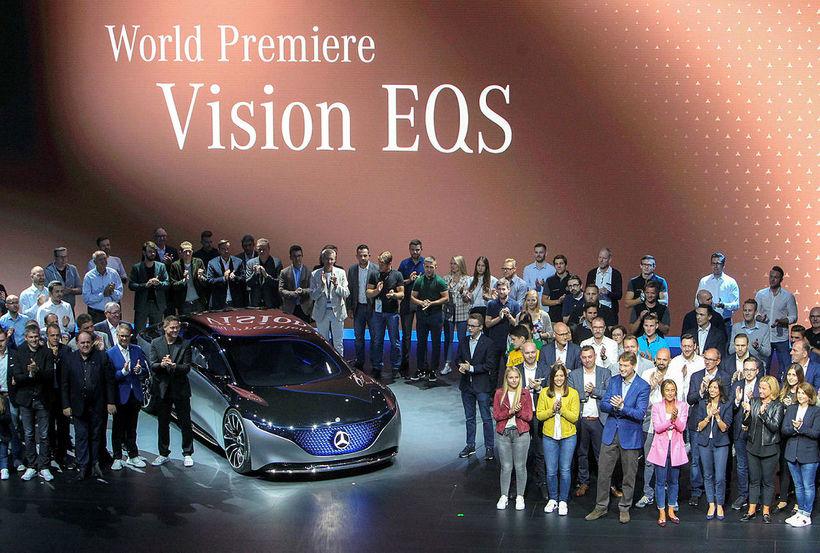 Starfsmenn Mercedes-Benz standa við hinn nýja Vision EQS ásamt forstjóra ...