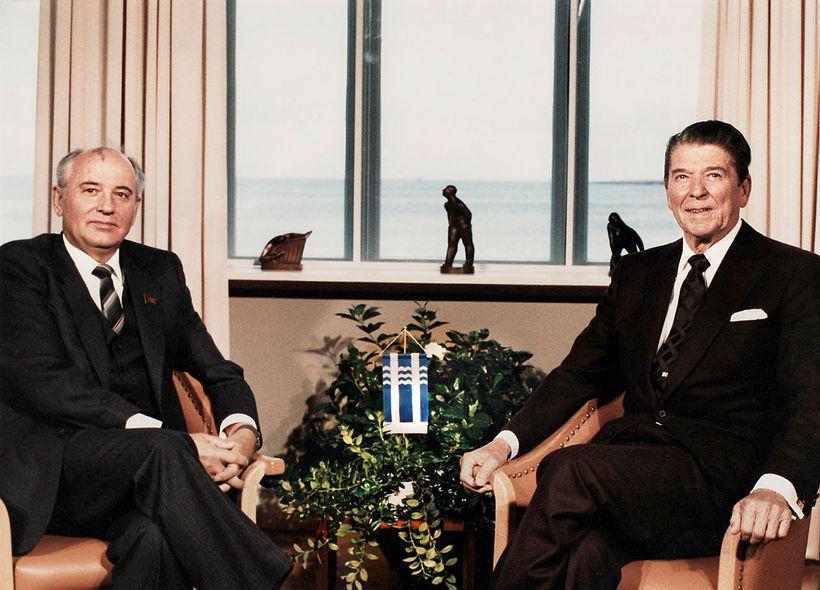 Gorbatsjov, leiðtogi Sovétríkjanna, og Ronald Reagan, forseti Bandaríkjanna, á leiðtogafundinum …