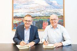 Sigurður Guðjónsson forstjóri Hafrannsóknastofnunar og Peter S. Williams frá Ineos Group við undirritun samningsins í dag.