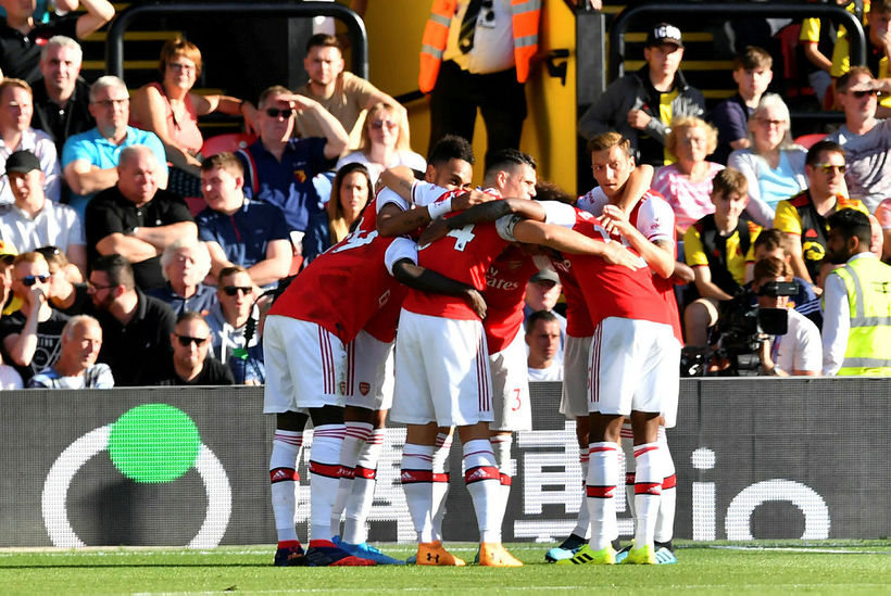 Leikmenn Arsenal fagna fyrra marki Pierre-Emerick Aubameyang.