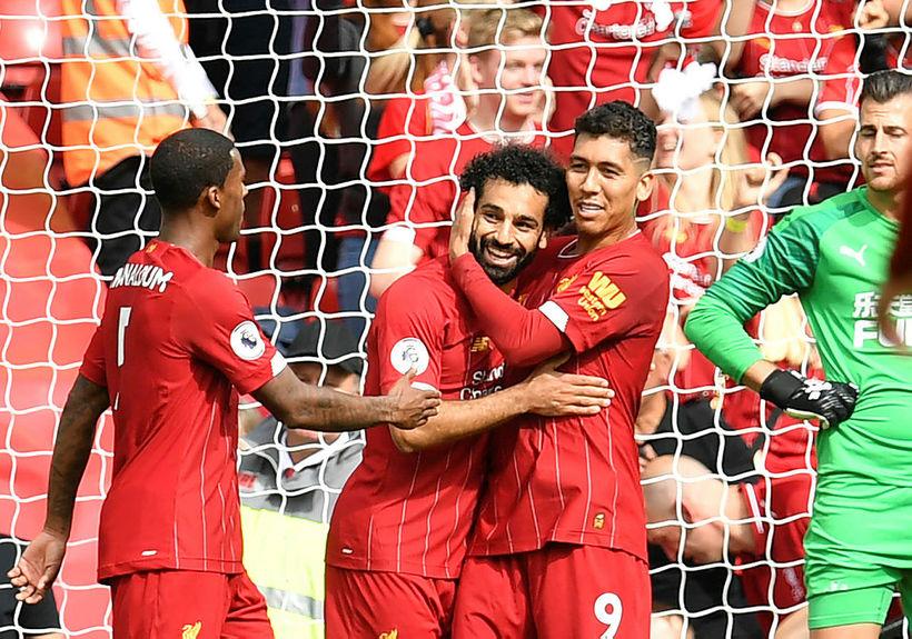 Mohamed Salah fagnar með Roberto Firmino eftir að hafa skorað ...