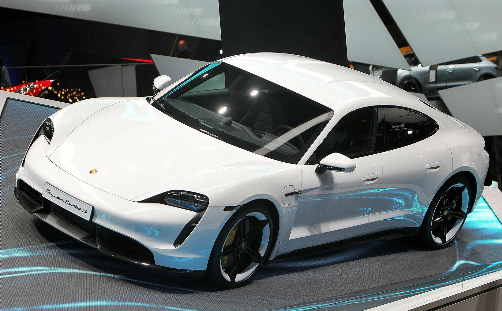 Hinn nýi Porsche Taycan rafbíll frumsýndur í Frankfurt.