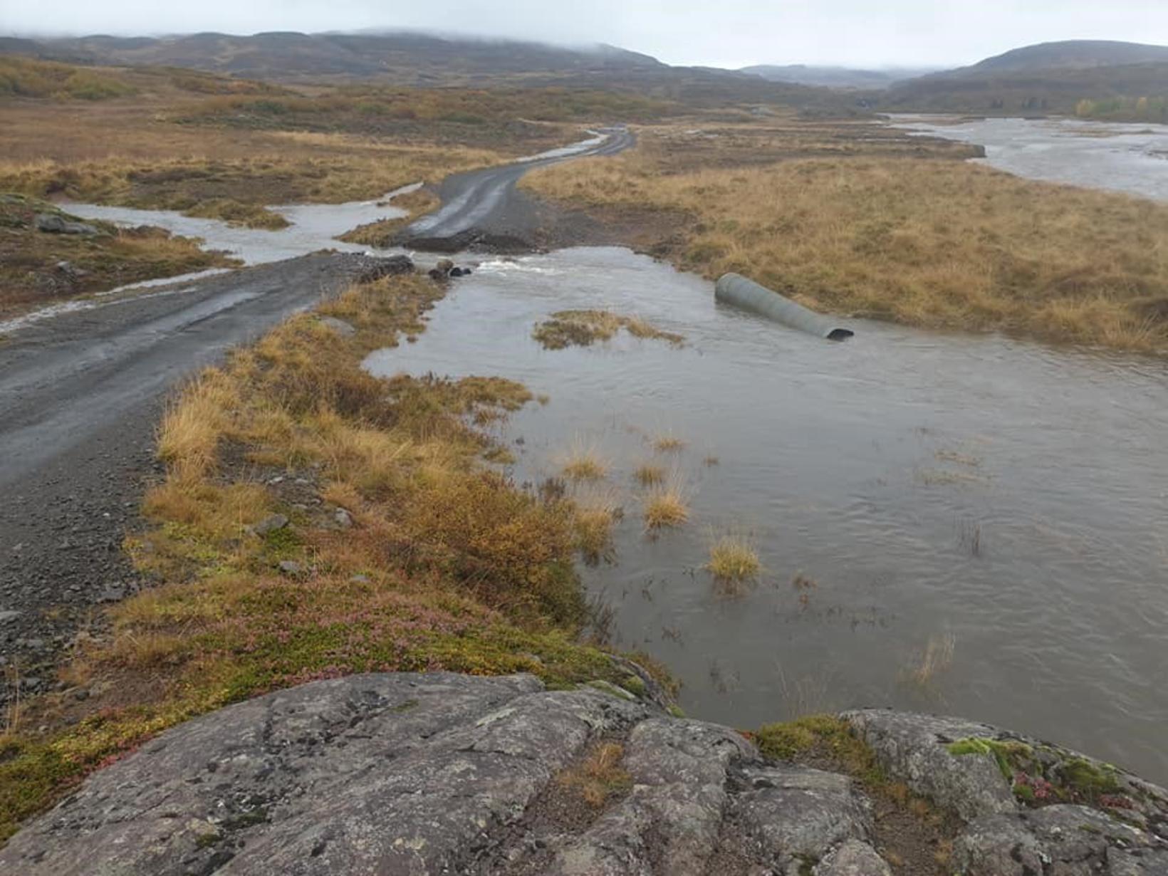 Björgunarsveitafólk komst ekki að fólkinu vegna vatnavaxtar og var því …