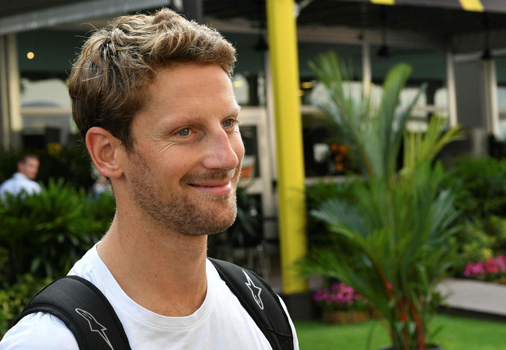 Romain Grosjean mætir kátur til leiks í Singapúr í gær.