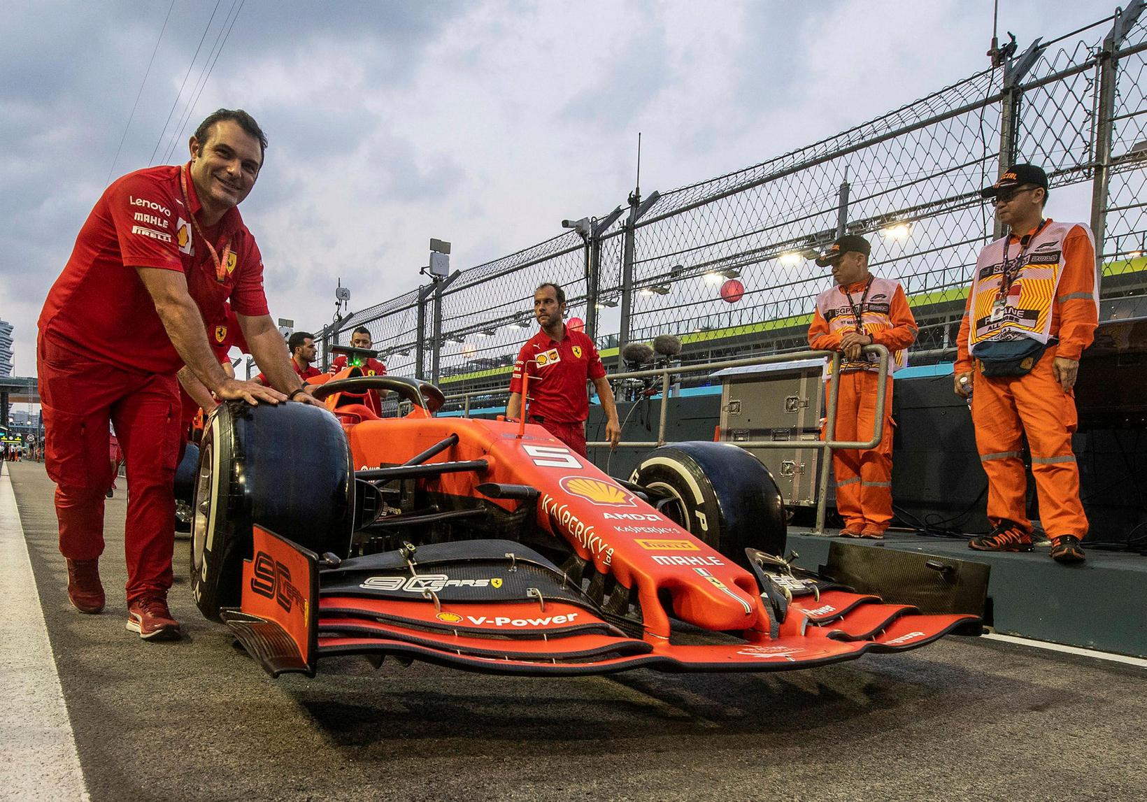 Keppnisbíll Sebastians Vettel á leið í skoðun í Singpúr með ...
