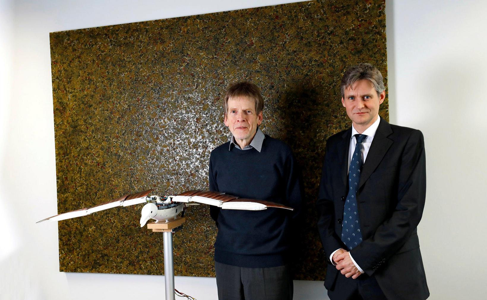 Hjalti Harðarson og Peter Höller ásamt fuglsdrónanum.
