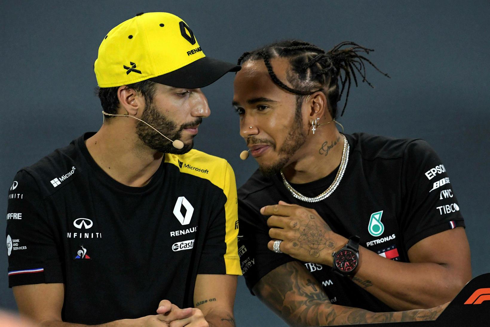 Daniel Ricciardo (t.v.) og Lewis Hamilton stinga saman nefjum á ...