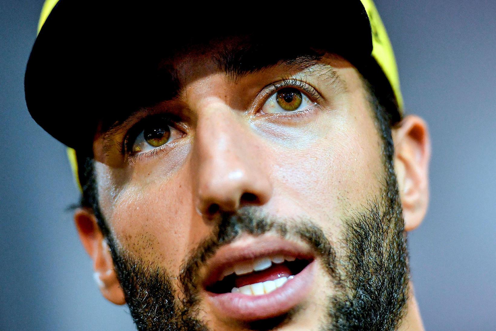Daniel Ricciardo ræðir við blaðamenn í Singapúr.