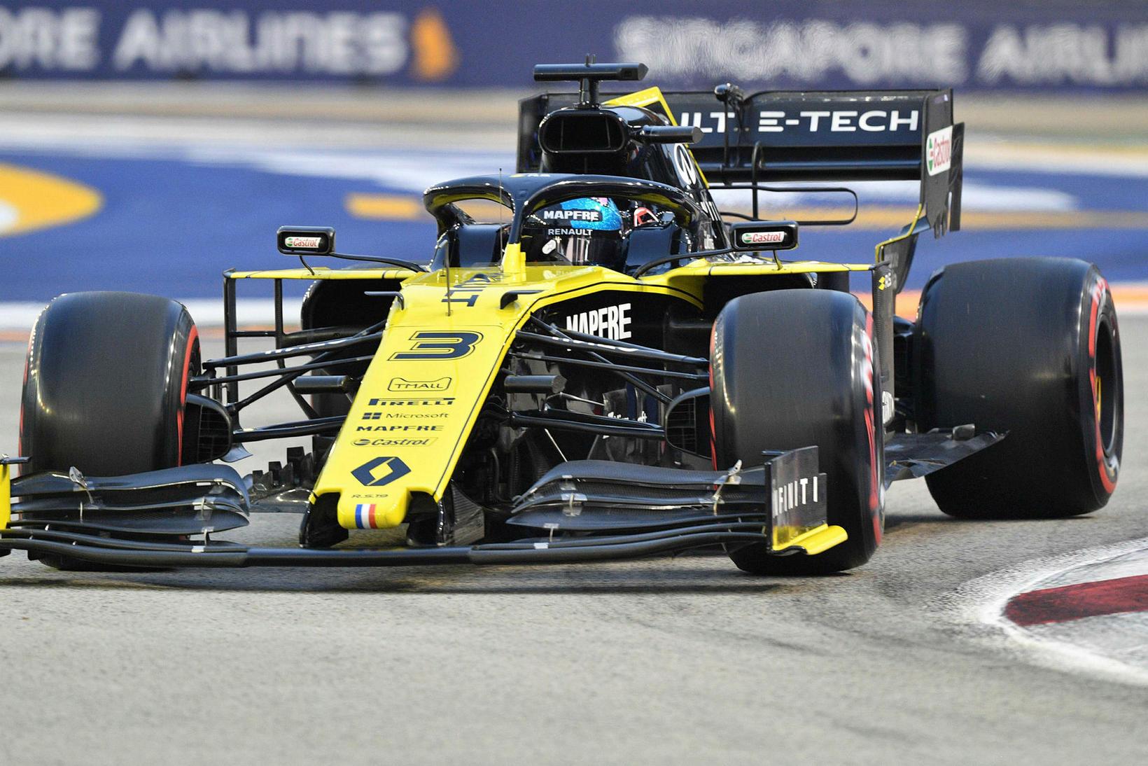 Daniel Ricciardo á ferð í Singapúr um helgina.