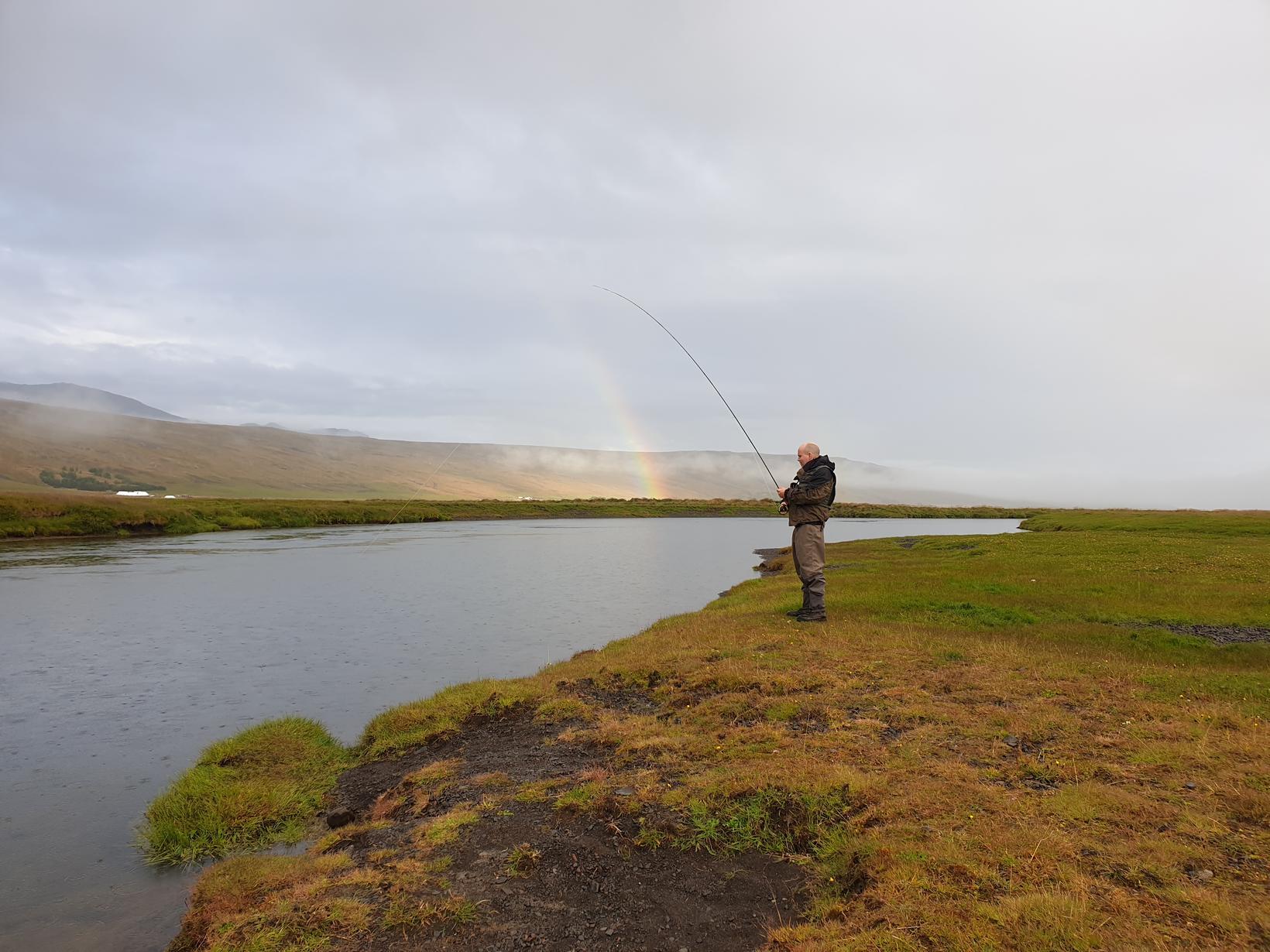 Vatnsdalsá og regnboginn tekur undir með veiðimanninum Gunnþóri Guðjónssyni.