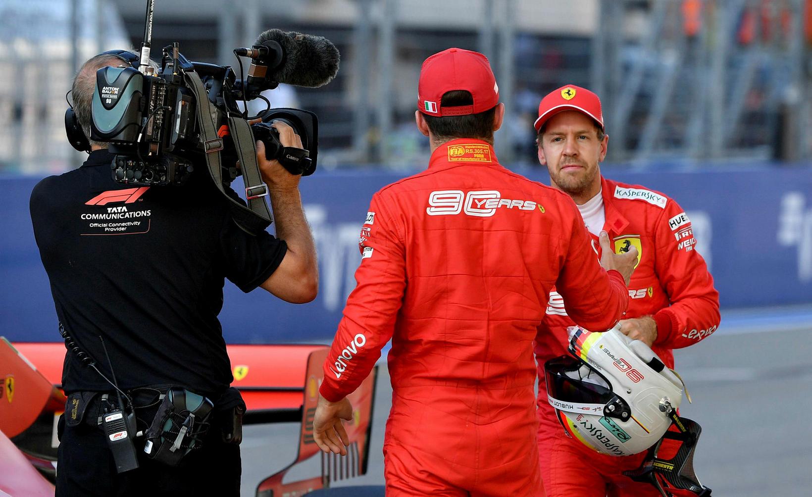 Ferrarifélagarnir takast í hendur eftir tímatökuna í Sotsjí.