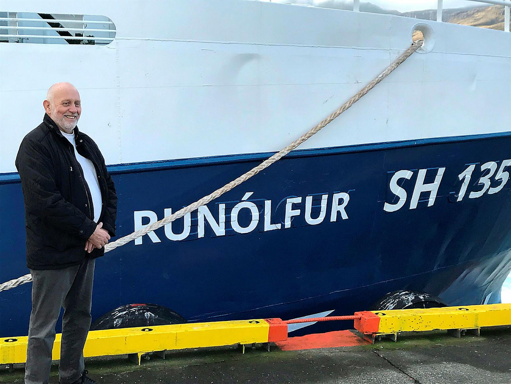 Runólfur Guðmundsson stjórnarformaður GRUN við skipið nýja.