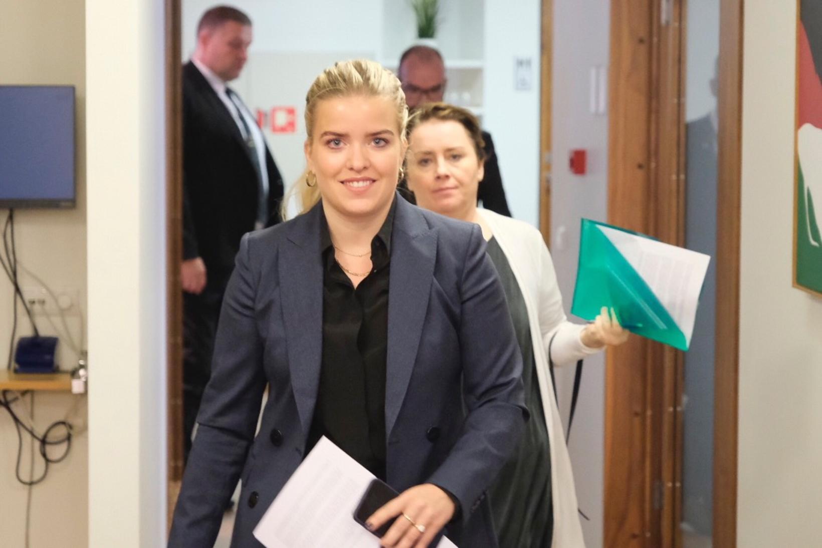 Áslaug Arna Sigurbjörnsdóttir dómsmálaráðherra á leið til fundar á nefndasviði ...