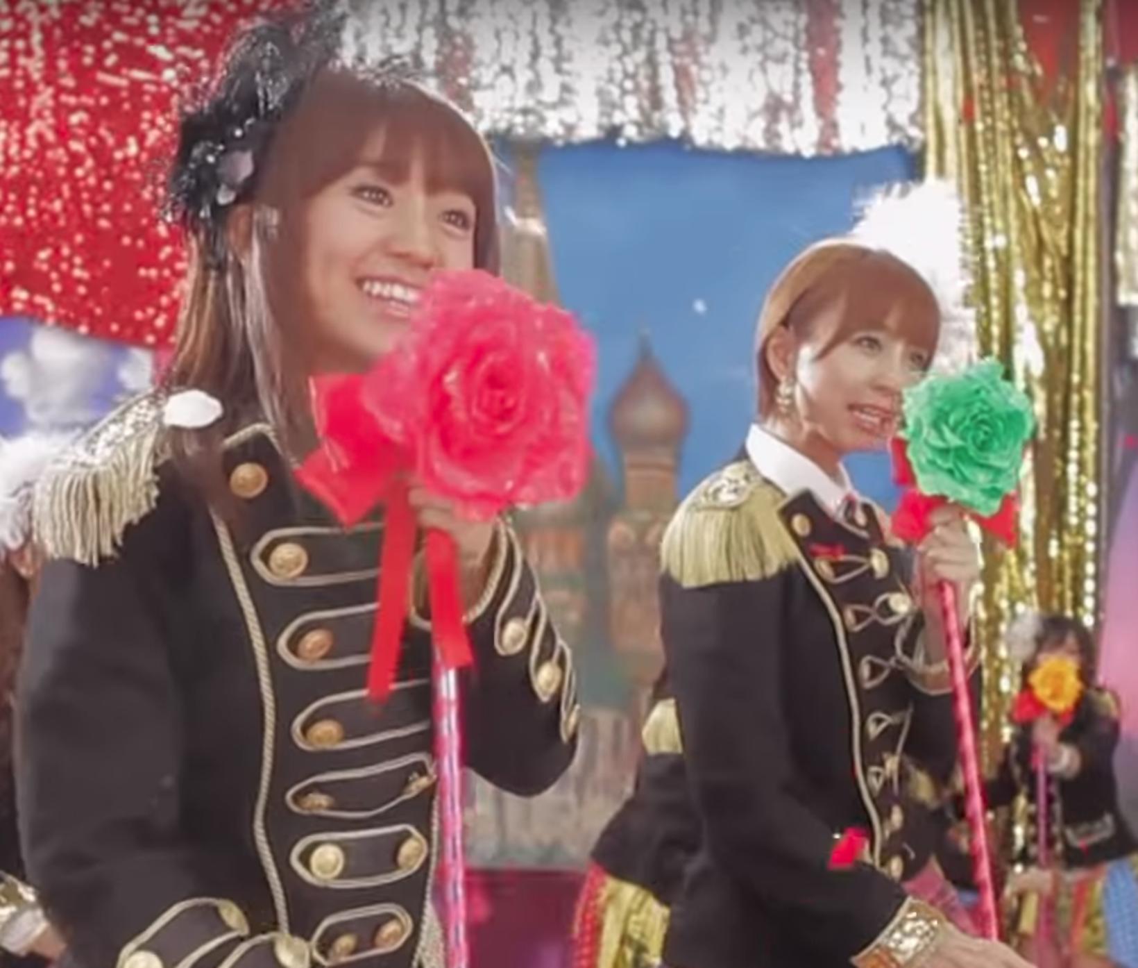 Söngkonan Tomomi Itano í góðu stuði með stúlknabandinu AKB48 árið ...