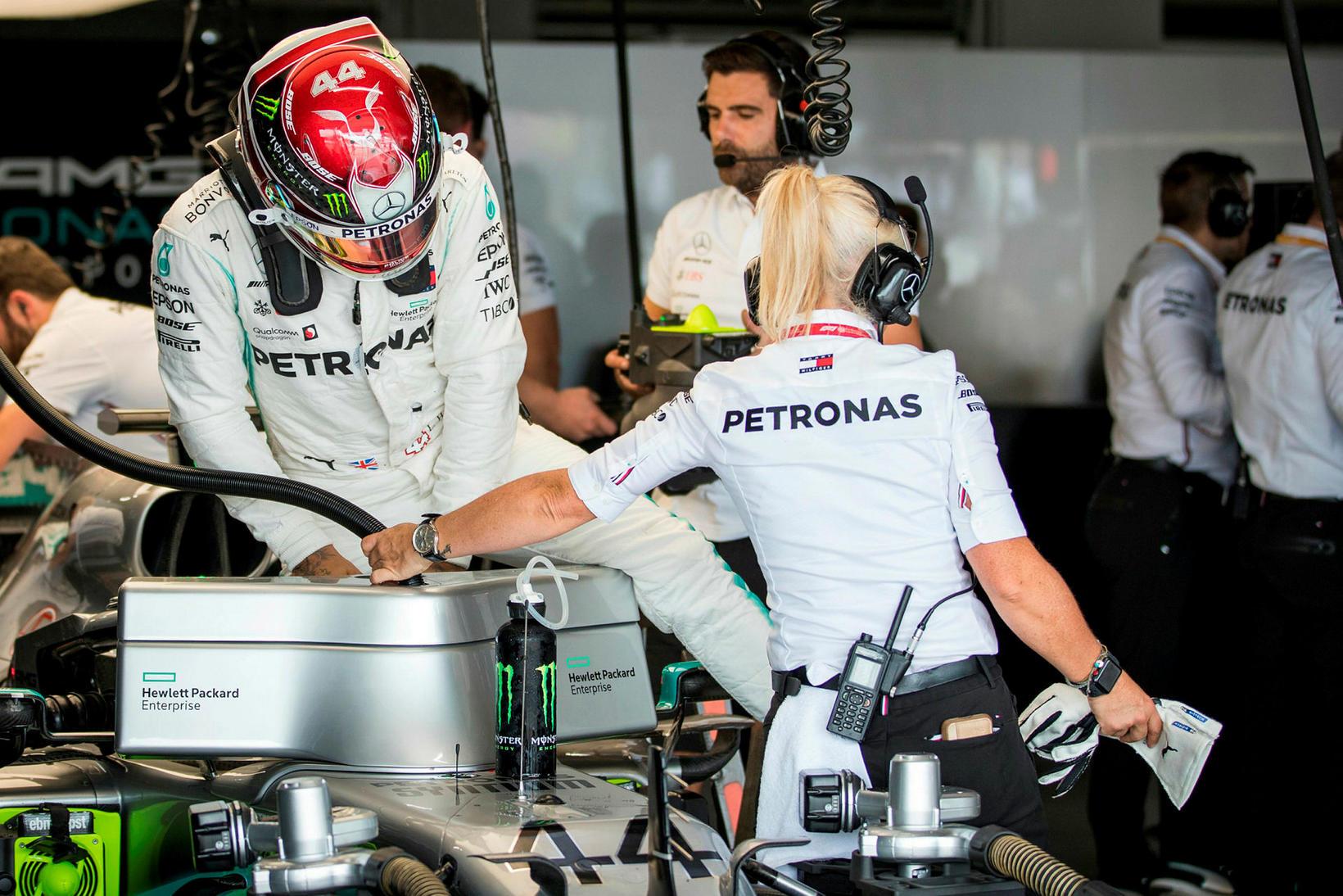 Lewis Hamilton stígur upp úr bílnum eftir fyrri æfinguna í ...