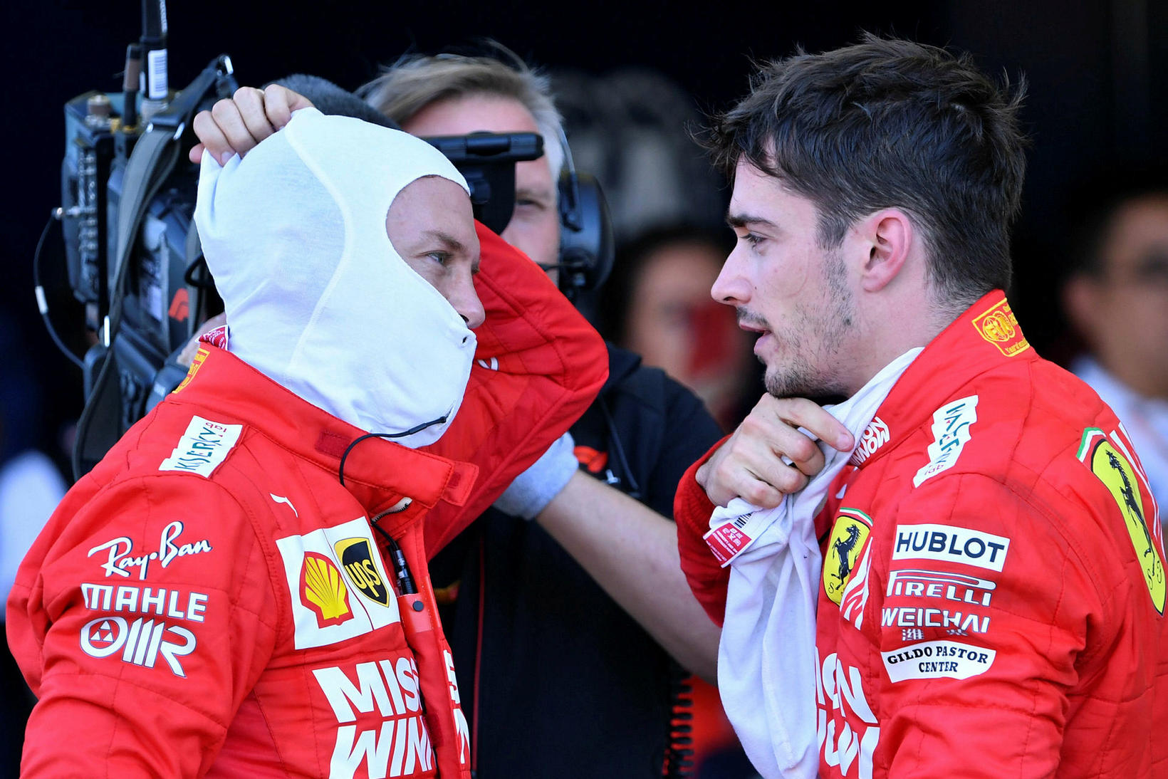Mistök Sebastian Vettel (t.v.) og Charles Leclerc (t.h.) í byrjun ...