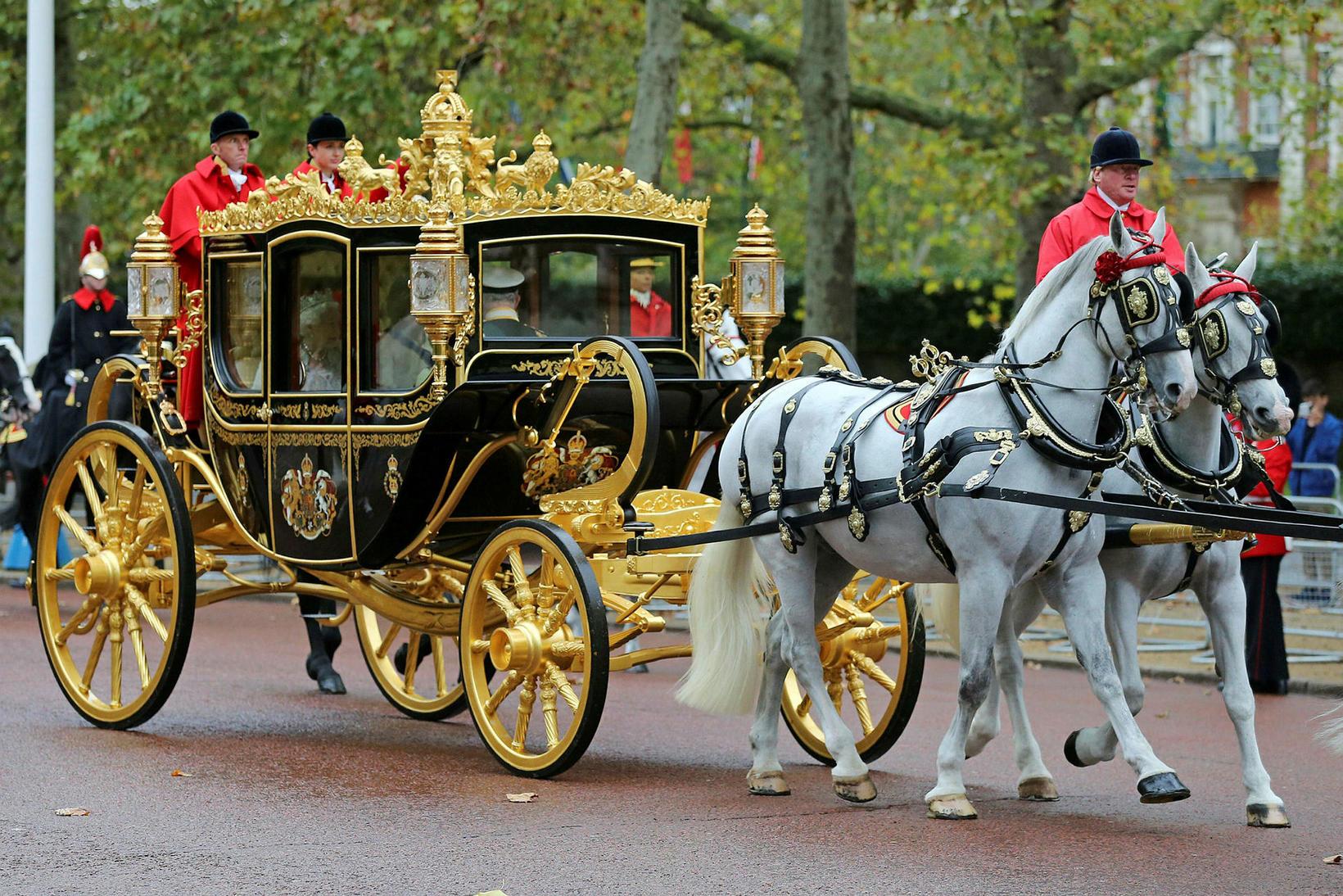 Drottningin ferðaðist í fullum skrúða með hestvagni frá Buckingham-höll að …