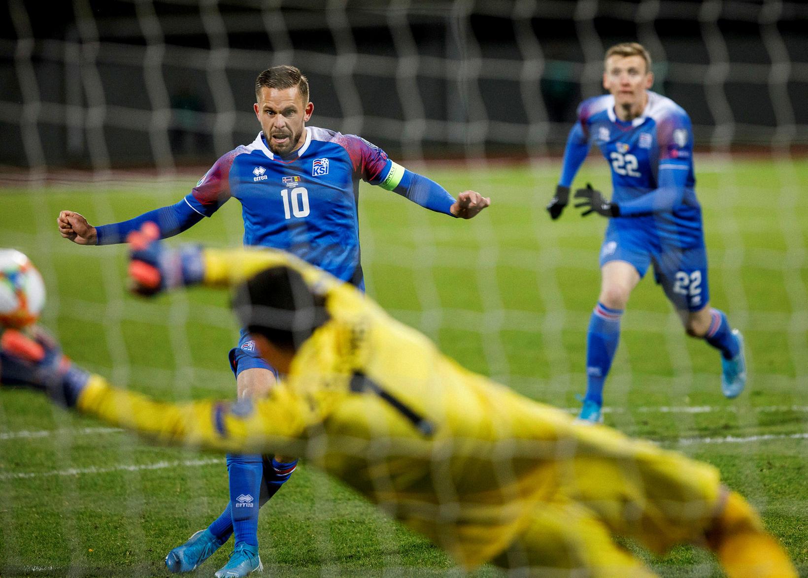 Gomes markvörður Andorra ver vítaspyrnuna frá Gylfa á 73. mínútu.