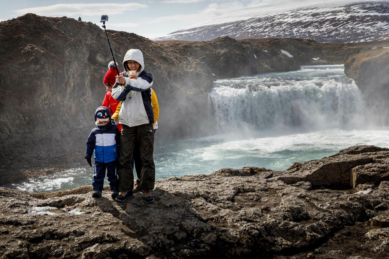 Ferðamenn taka sjálfur við Goðafoss.