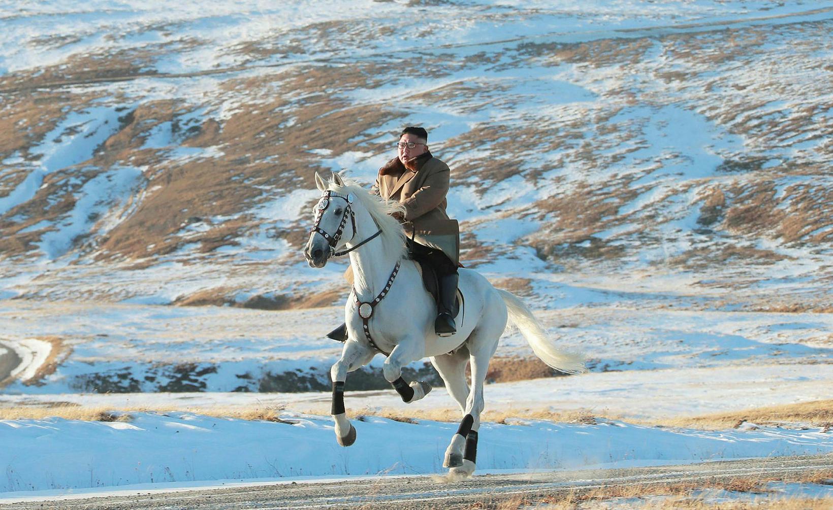 Kim Jong-un leiðtogi Norður-Kóreu á leið til Paektu-fjalls.