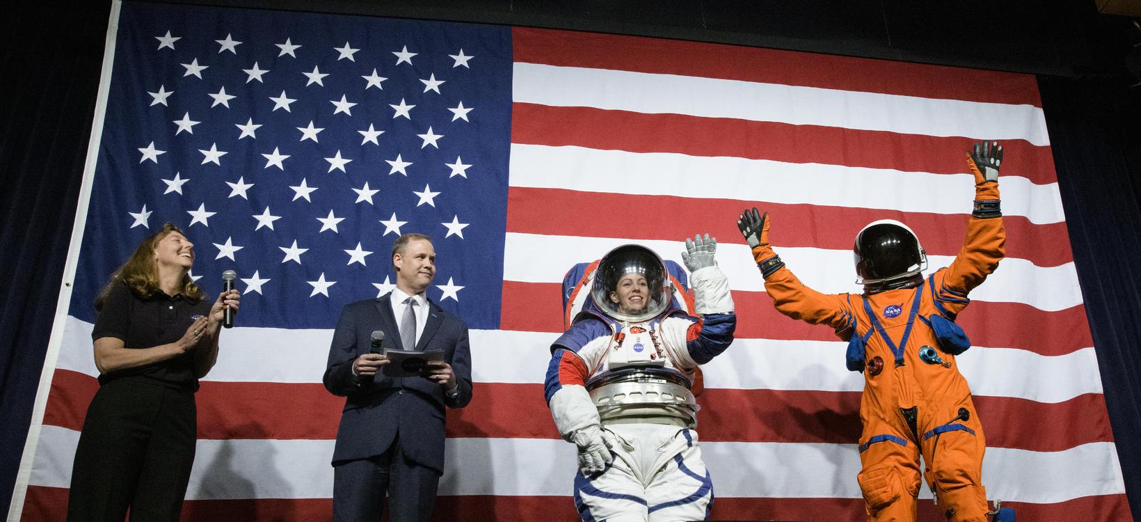 Amy Ross, geimbúningaverkfræðingur hjá NASA, Jim Bridenstine forstjóri NASA, Kristine ...