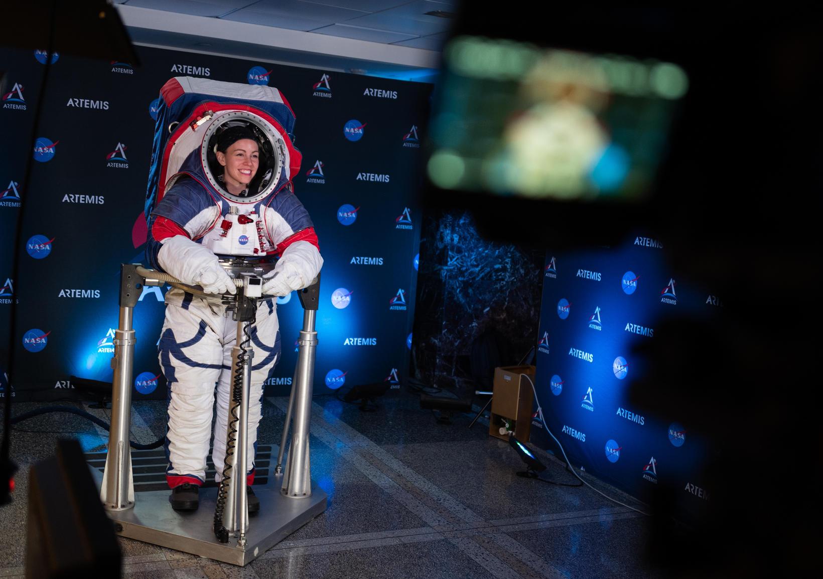 Kristine Davis, geimbúningaverkfræðingur hjá NASA í nýja búningnum.