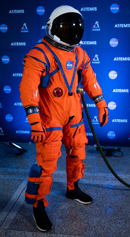 Dustin Gohmert, verkefnastjóri hjá NASA, í nýja Orion-búningnum.
