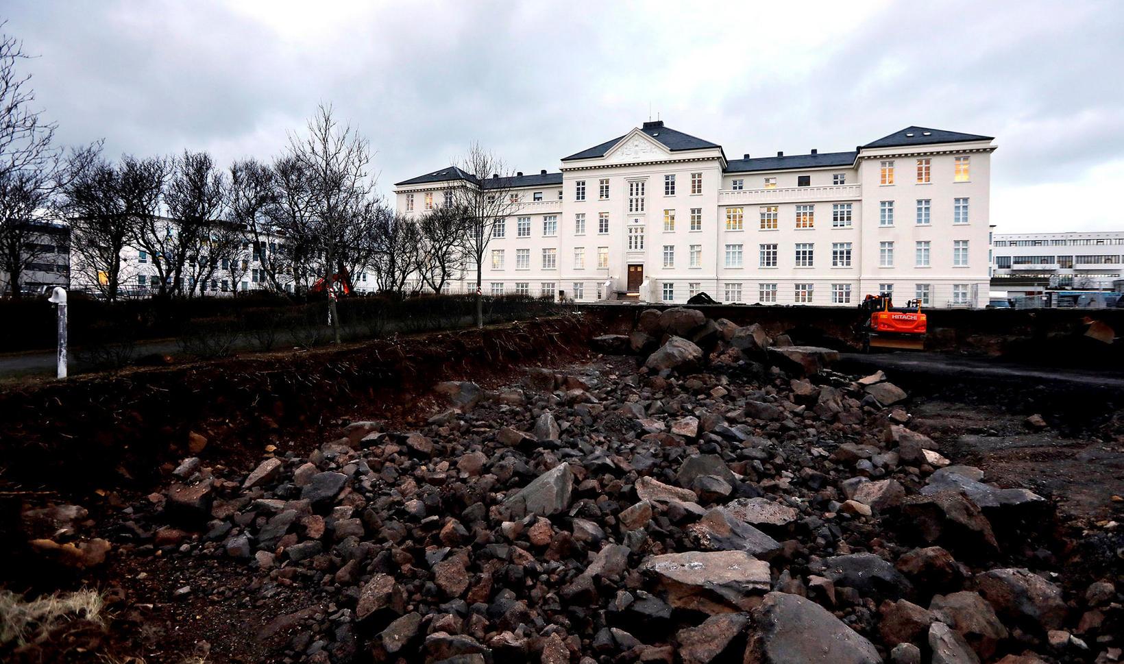 Reynir segir að skýringar framúrkeyrslunnar sé ekki hægt að rekja ...
