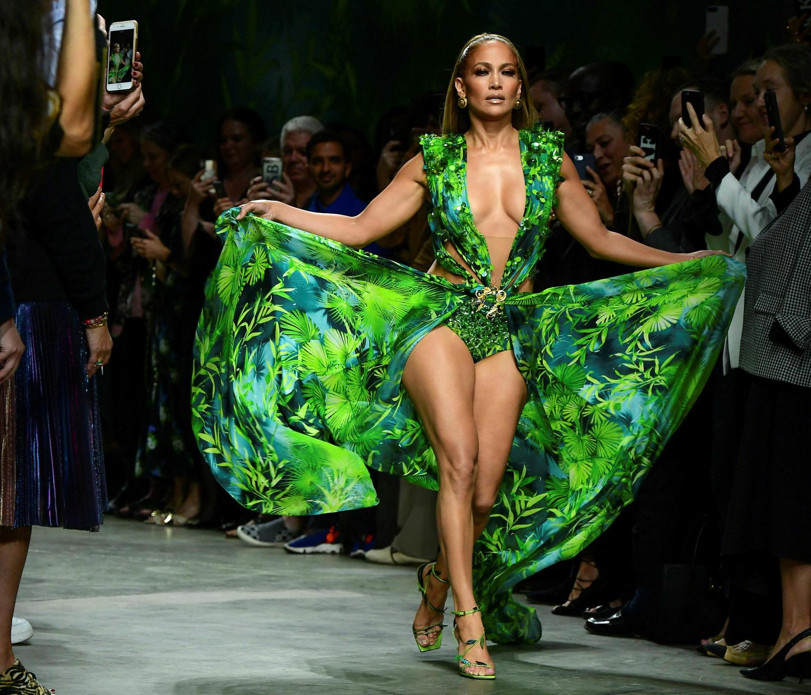 Leik- og söngkonan Jennifer Lopez á tískusýningu Versace í Mílanó ...