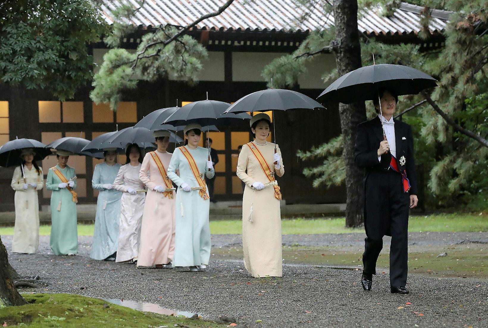 Akishino, krónprins Japans, og eiginkona hans, Kiko krónprinsessa, ganga fremst …