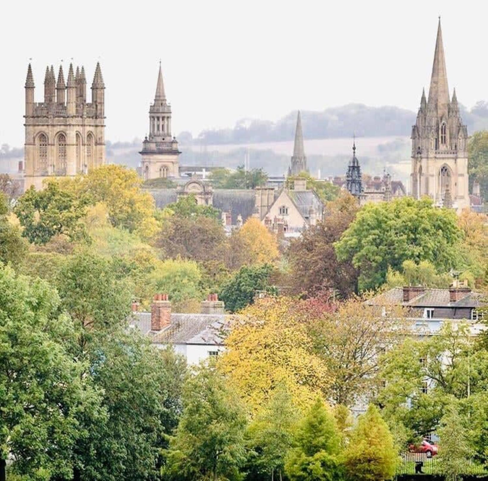 Ferðamenn heimsækja Oxford meðal annars til að skoða Oxford-háskóla sem …
