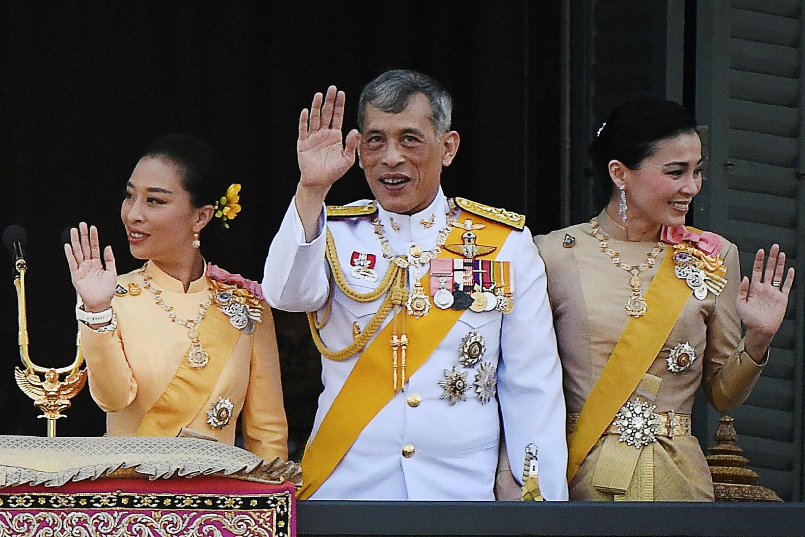 Maha Vajiralongkorn, konungur Taílands, ásamt Suthidu drottningu og dóttur sinni, …