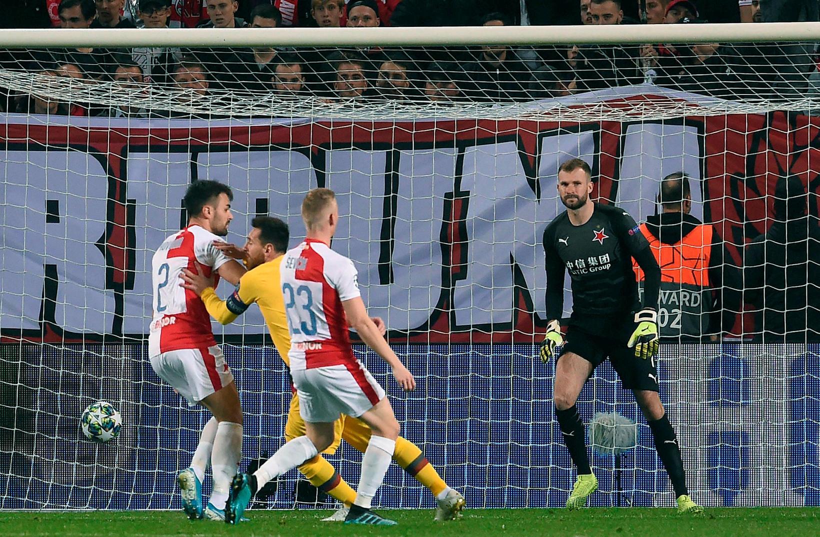 Lionel Messi kemur Barcelona í 1:0 í kvöld.